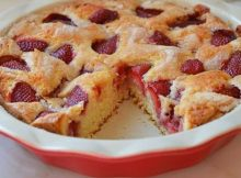 Brzi kolač s jagodama